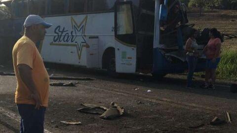 Sobe para 40 o número de mortos em acidente entre caminhão e ônibus