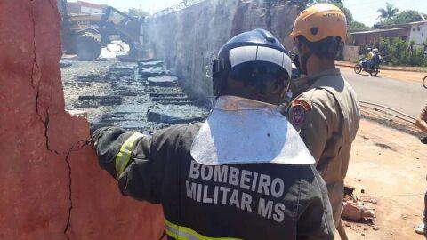 Depósito de material de construção pega fogo e incêndio teria começado em caixas d'água