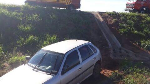 Motorista perde controle e carro cai em barranco na MS-436