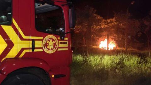 Carro invade parque na madrugada, cai em valeta e pega fogo