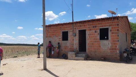 Chacina: atiradores invadem casa matam 6 adultos e uma criança