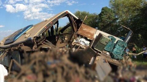 Vídeo: sobe para 37 mortos em acidente; pessoas estão presas às ferragens