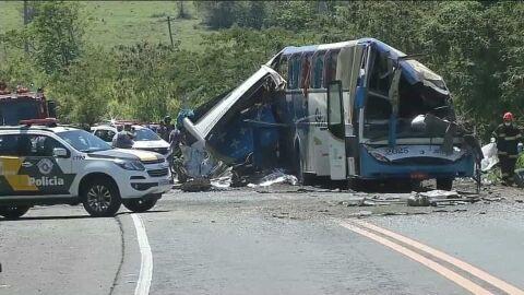 Empresa responsável por ônibus que colidiu com caminhão e matou 41 pessoas é clandestina