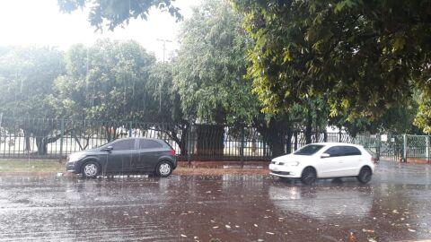 Tempo 'fecha' e tempestade cai em Campo Grande nesta sexta-feira