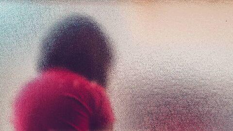Mãe vê filha entre as pernas do vizinho e descobre que ela foi estuprada