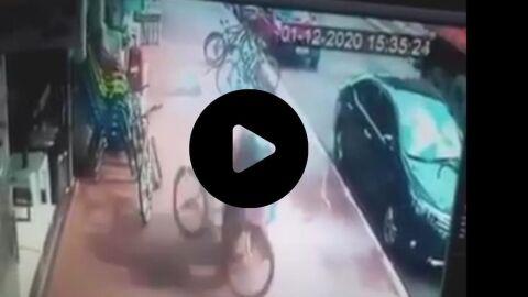 Vídeo: Eixo de carreta quebra e roda atinge mulher na calçada