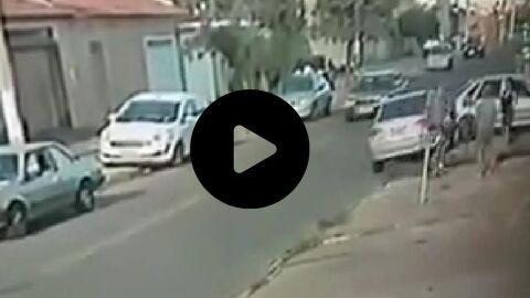 Vídeo:Homem dá voadora no peito de mulher após bate-boca por carro sobre a calçada