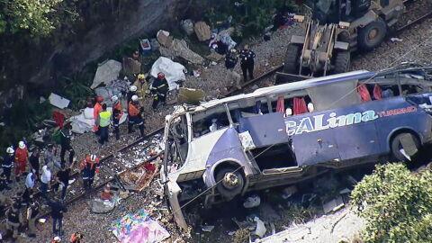 """Vídeo: ônibus em chamas ao cair de ponte. """"Sai daí, vai explodir"""", diz mulher"""