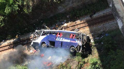 AGORA: Vídeo mostra ônibus que caiu de ponte de 15 metros; há vários mortos