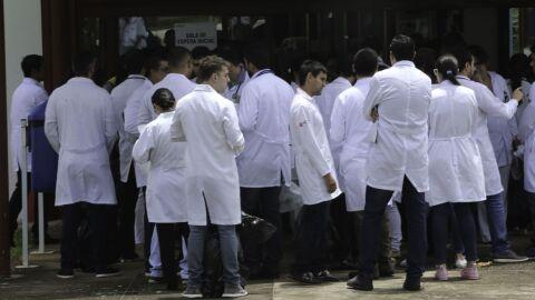 Médicos formados fora do Brasil têm 1ª fase do Revalida neste domingo
