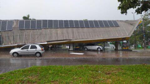 Vídeo: Chuva e vento arrancam teto de posto de combustíveis em Campo Grande