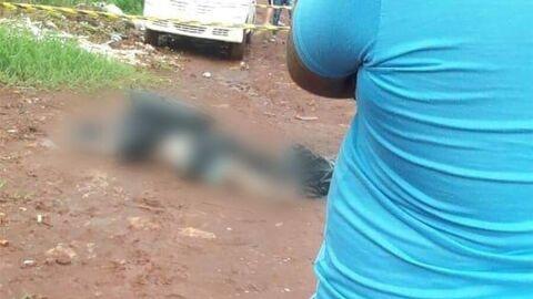 Homem é achado morto enrolado numa lona preta, sem os dedos das mãos