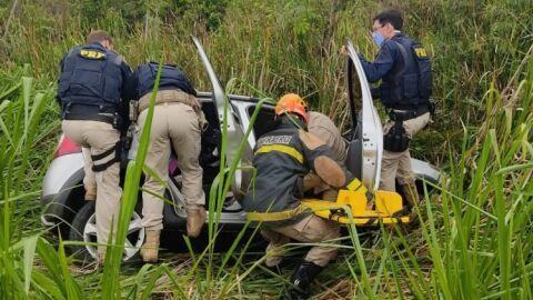 Mulher perde controle do veículo e cai em ribanceira na BR-267