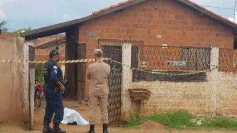 Mulher encontra o ex-marido morto no portão de casa na capital