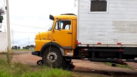 """""""Nasceu de novo"""": motoqueiro tem ferimentos, moto é arrastada por caminhão"""