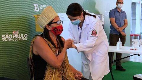 Primeira indígena é vacinada no Brasil contra a Covid-19