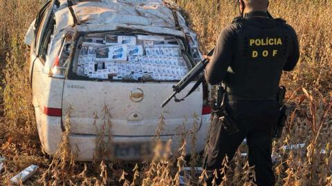 Condutor capota veículo em fuga e carga de cigarro é apreendida