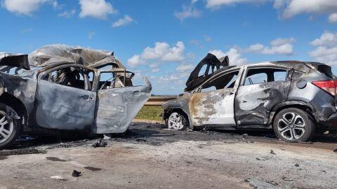 Cinco carros acidentam, 2 pegam fogo, mas todos os motoristas e passageiros sobrevivem