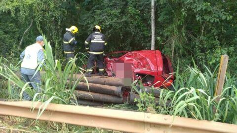 Casal morre atingido por canos de metal que escaparam de caminhão