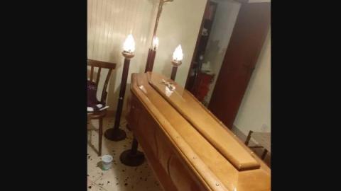 Corpo da mãe está na sala há 2 semanas, sem vagas no cemitério