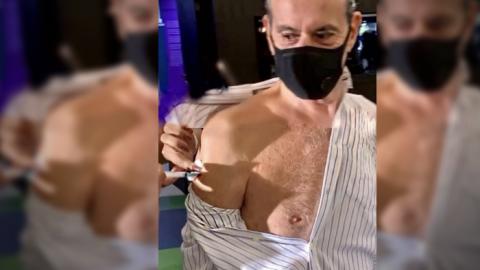 Vídeo: Ney Matogrosso, aos 79 anos, recebe dose da vacina contra Covid-19