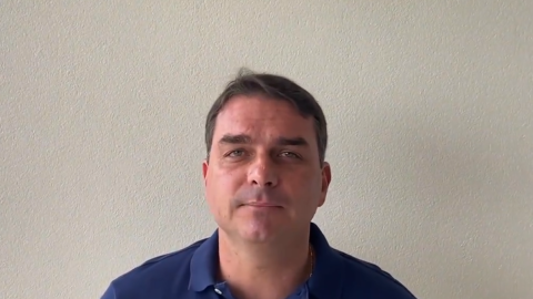 """""""Tenho uma vida simples para caramba"""", disse Flávio Bolsonaro há 7 meses"""