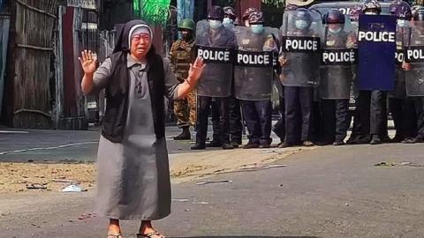 Freira ajoelha e reza para impedir que policiais executem jovens contra ditadura em Mianmar