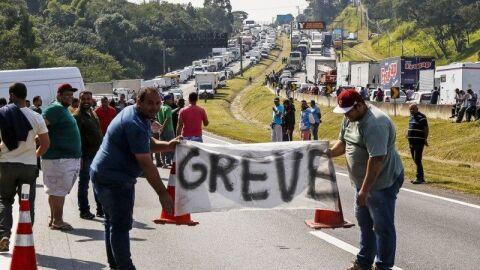 """Após 5ª alta do Diesel, caminhoneiros iniciam greve: """"Deu o que tinha que dar"""""""