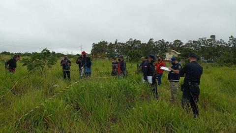 Corpo de neném de 35 dias é achado em matagal; mãe e tia são presas