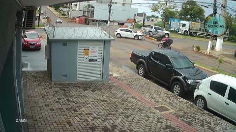 Vídeo: Carro avança cruzamento e atinge barco rebocado por caminhonete