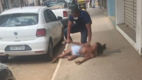 Vídeo: Mulher transexual denuncia ter sido agredida no meio da rua