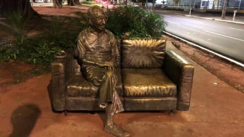 Em Campo Grande, estátua do poeta Manoel de Barros tem um dos pés furtado