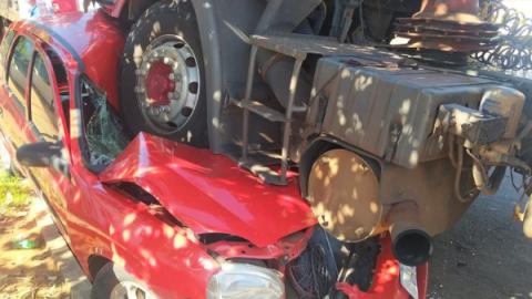 Salgadeiro vê carreta desgovernada esmagar e destruir carro do trabalho