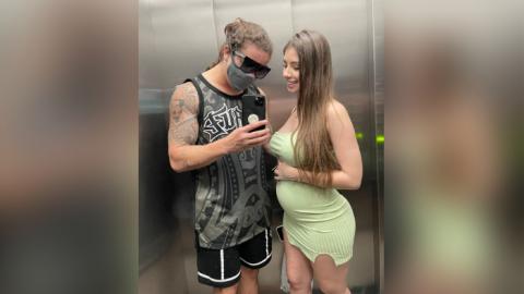 """Whindersson posta foto ao lado da esposa grávida: """"uma coisa que sei lá exala um cheiro"""", diz"""