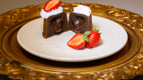 Bolo de chocolate cremoso da chef Beca Milano