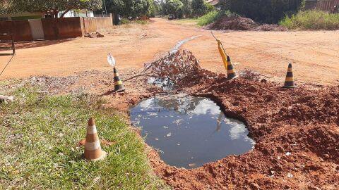 """Vídeo: Polícia fecha lava jato depois de empresário soltar """"água podre"""" pelas ruas"""