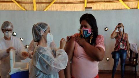 Índios de aldeias urbanas recebem as primeiras doses da vacina contra Covid