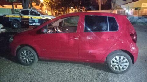 Criminosos abandonam veículo roubado e fogem ao avistarem viaturas da Polícia Militar