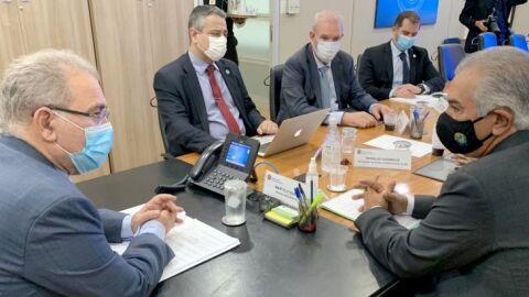 Reinaldo Azambuja cobra em Brasília reforço de vacinas para 13 municípios de fronteira