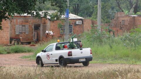 Reforçando serviços de combate ao Aedes, fumacê circula por oito bairros