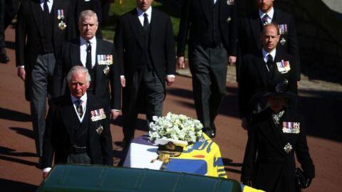 Rainha Elizabeth fica sozinha enquanto Philip é sepultado
