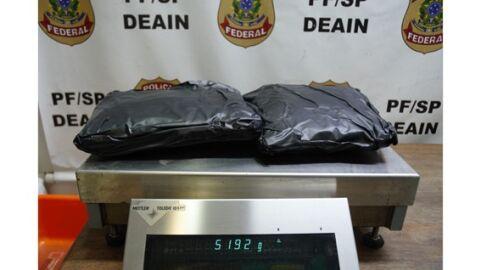 PF prende homem com 5 kg de cocaína em fundo falso de mochila