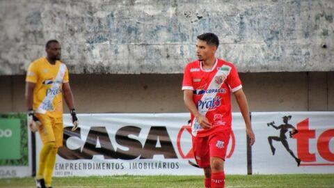 João Paulo comemora seu primeiro gol, com time já sem chance de título