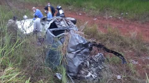 Delegado bate Gol em caminhão boiadeiro, capota e veículo pega fogo em MS