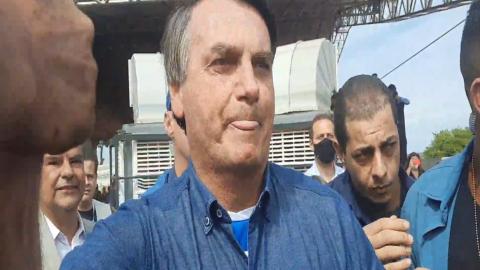 Sem máscara, Bolsonaro pega nas mãos de apoiadores e insinua que quem tem medo da Covid-19 é frouxo