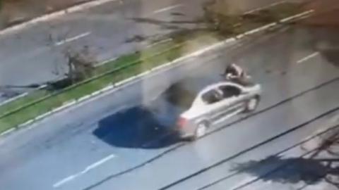 Vídeo: abordada, mulher atropela policial e o arrasta por 200 metros