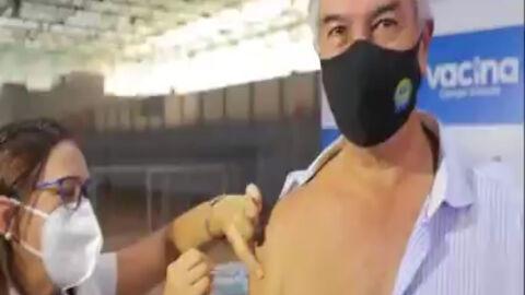 """Vídeo: """"Chegou meu dia"""", diz Reinaldo Azambuja ao tomar 1ª dose da vacina contra Covid-19"""