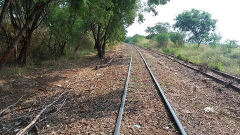 Bem equipados, pai e filho são presos furtando ferros da linha do trem em MS