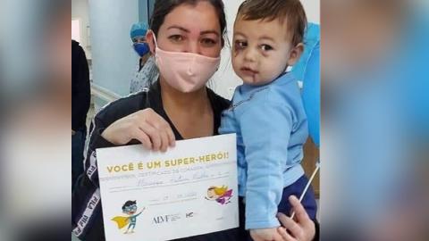 Recuperado, neném sobrevivente de ataque a creche recebe alta