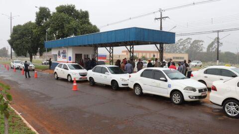 Prefeitura entrega ponto de táxi e alvará para taxistas